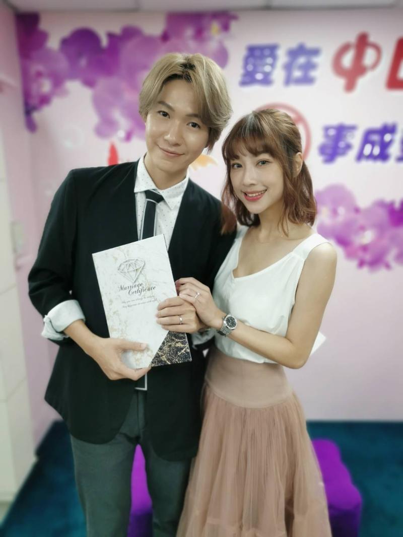 黃少谷(左)和Yumi今年6月登記結婚。圖/摘自臉書