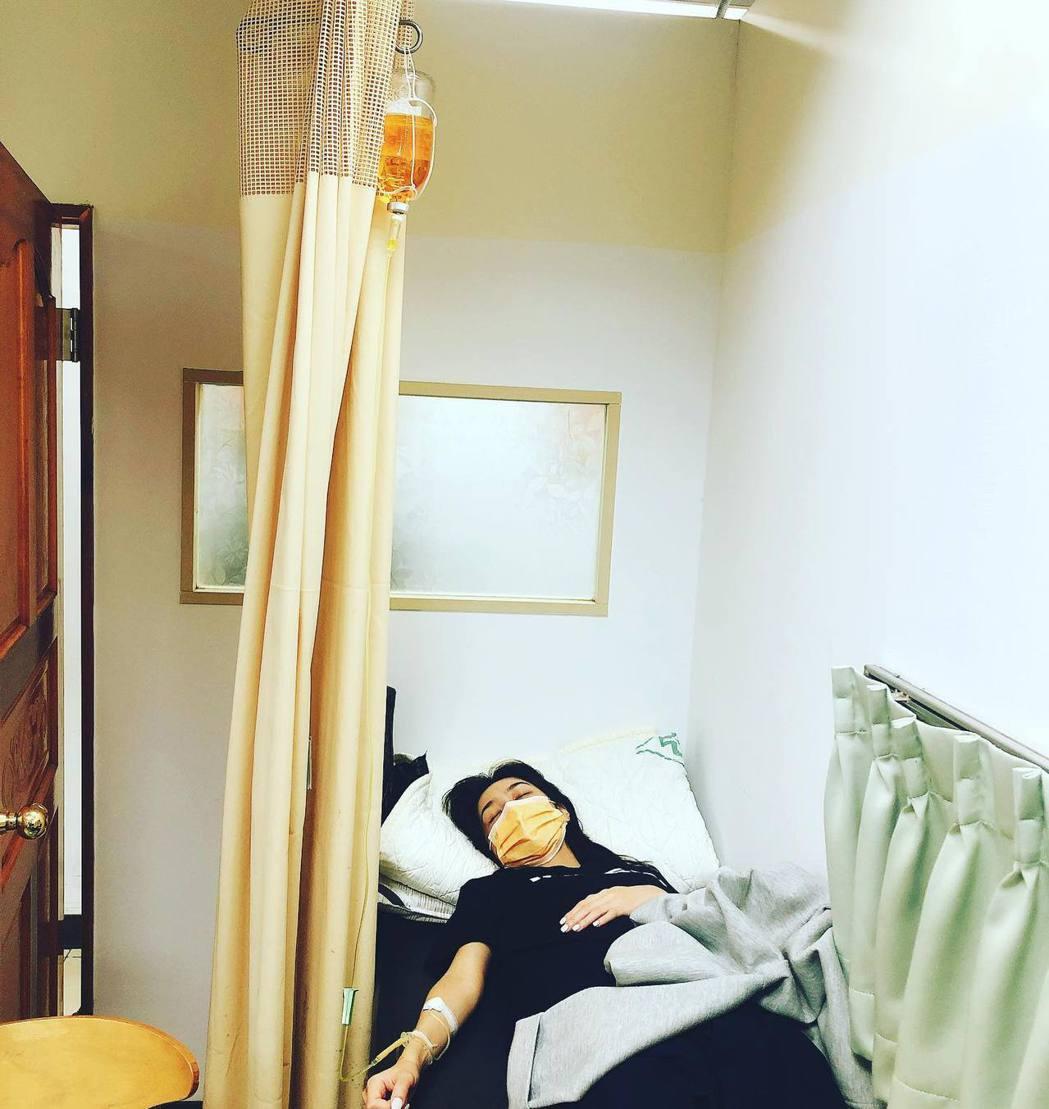 黃少谷Po出Yumi躺病床吊點滴的照片,令人擔憂。圖/摘自臉書