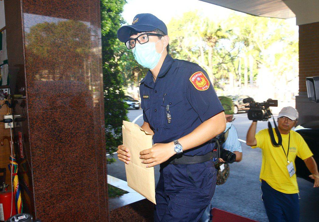 台北地院昨天兩度派法警將「函請許可羈押」的公文送到立院。記者杜建重/攝影