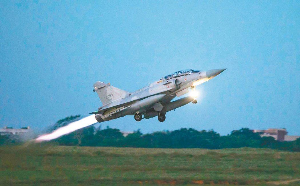 幻象戰機升空 國軍昨天「聯合防空作戰訓練」,幻象戰機緊急起飛進行攔截演練。圖/軍...