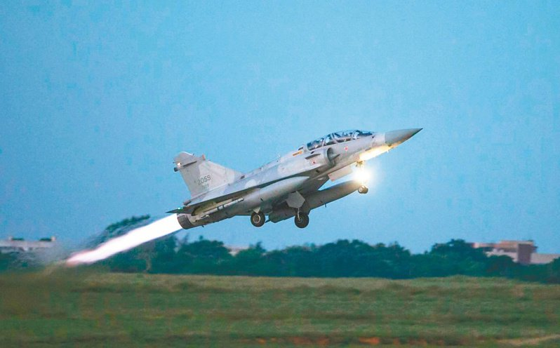 國軍展開「聯合防空作戰訓練」,幻象戰機緊急起飛進行攔截演練。 (軍聞社)