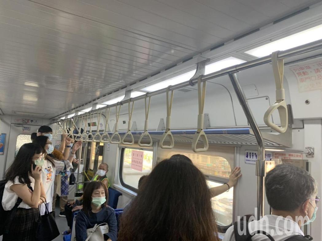 張姓讀者向本報投訴,台鐵區間車到汐科站後,未等乘客全下車就開走,讓乘客傻眼。圖/...