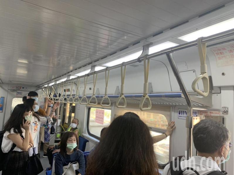 張姓讀者向本報投訴,台鐵區間車到汐科站後,未等乘客全下車就開走,讓乘客傻眼。圖/張姓讀者提供