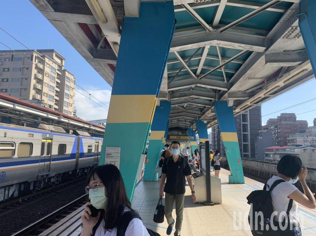 張姓讀者向本報投訴,台鐵區間車到汐科站後,未等乘客全下車就開走,只好改到汐止站下...
