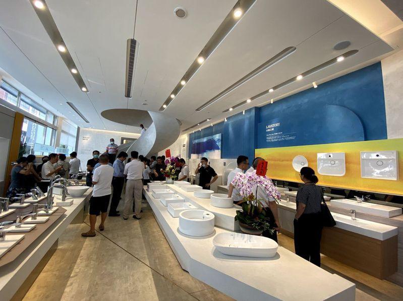 凱撒衛浴台中「瓷藝光廊」旗艦展示中心昨天開幕。記者趙容萱/攝影
