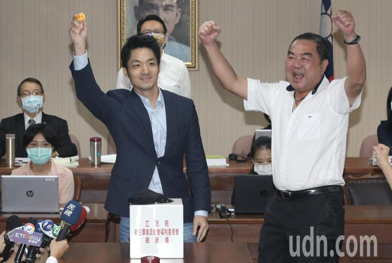 蔣萬安(左)率先抽中召委席次,在旁的國民黨立委徐志榮(右)也振臂歡呼。記者黃義書/攝影