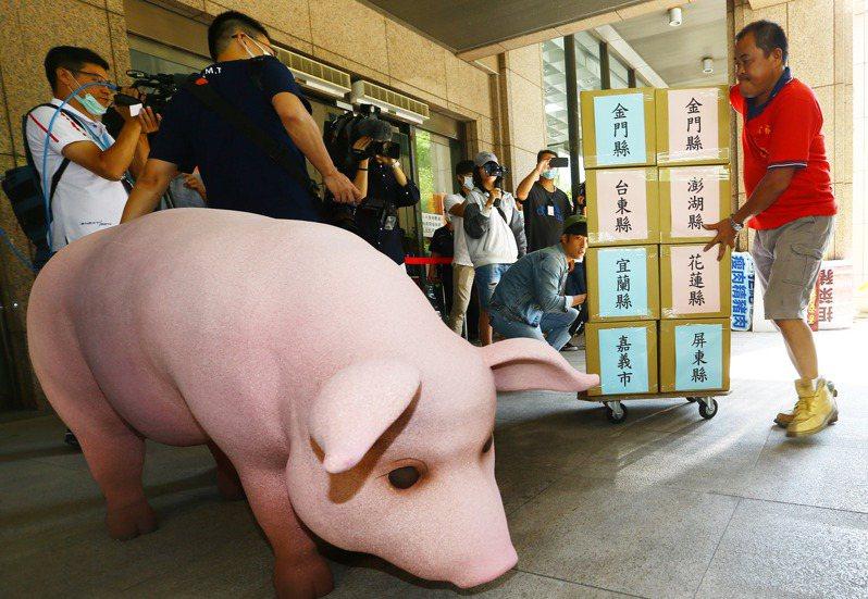 國民黨上午由黨主席江啟臣領軍,送交反瘦肉精豬肉的「食安公投」及「還我公投」兩項公投案第一階段連署書近四萬份到中選會。記者杜建重/攝影