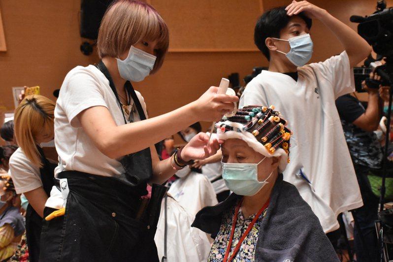 現場動員200多位美髮設計師為長輩理髮、燙髮。記者江婉儀/攝影