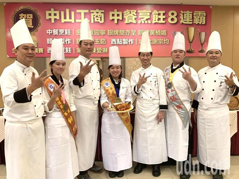 中山工商蟬聯全國技能技賽中餐烹飪青年組8連霸,包辦金銀銅牌,得獎選手感謝老師教導。記者徐如宜/攝影