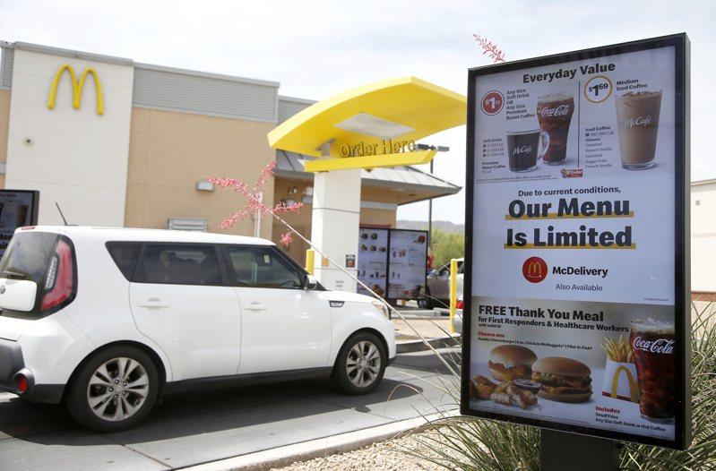 一名麥當勞員工透露,他親眼看到多位顧客發現全日早餐停賣後,生氣地開車駛離得來速,放棄點餐。 圖/美聯社