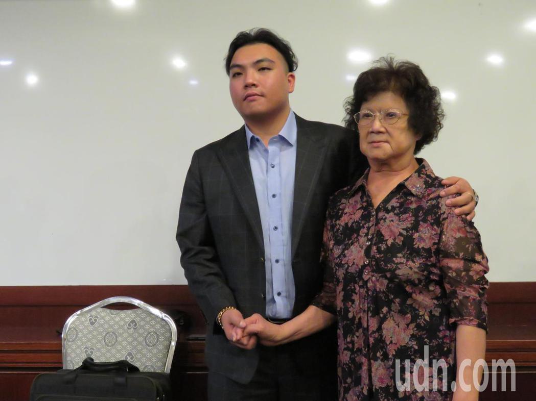 裕國冷凍董事長楊育偉(左)在會後和祖母、集團副總裁楊吳奈美同時出席記者會,楊吳奈...