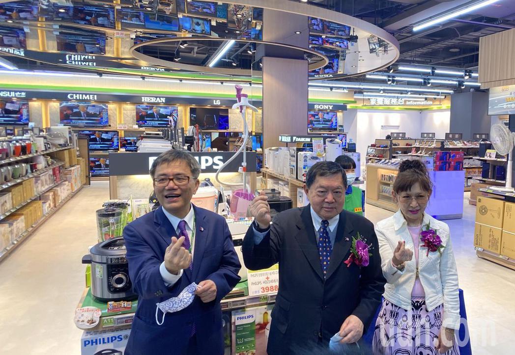 遠東集團董事長徐旭東(中)今天參與台中水湳店開幕,並且形容這是愛買第三代創始店,...
