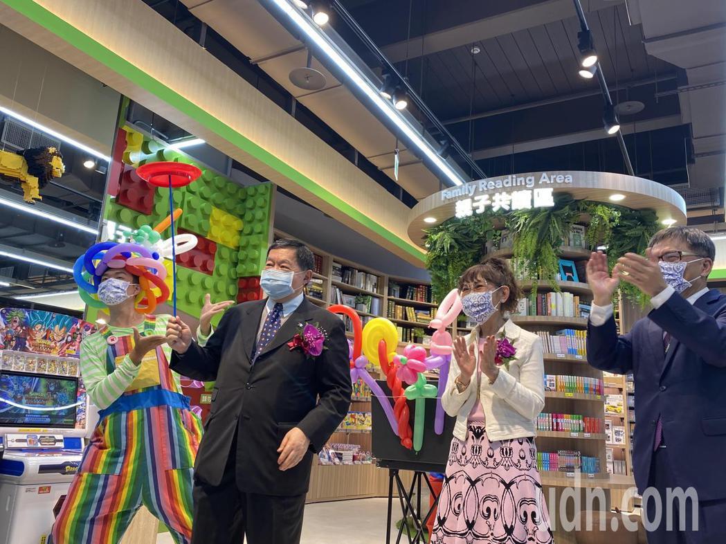 遠東集團董事長徐旭東(左二)今天參與台中水湳店開幕,並且形容這是愛買第三代創始店...