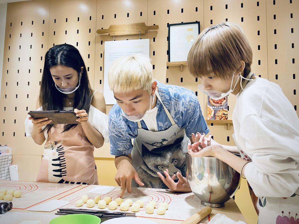 黃心娣(左起)領師弟妹Rosen、陳加恩一起做月餅。圖/周子娛樂提供