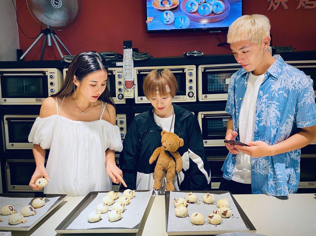 黃心娣(左起)領師弟妹陳加恩、Rosen一起做月餅。圖/周子娛樂提供