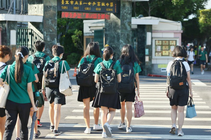 有北一女學生認為穿「小綠綠制服」在校外易被放大檢視,放學後一出校門立刻脫掉。記者曾原信/攝影