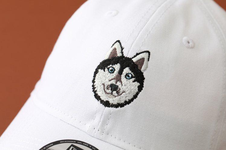 7種超萌犬種以精心設計的「汪大頭」刺繡圖樣,置於帽子前方。圖/New Era提供