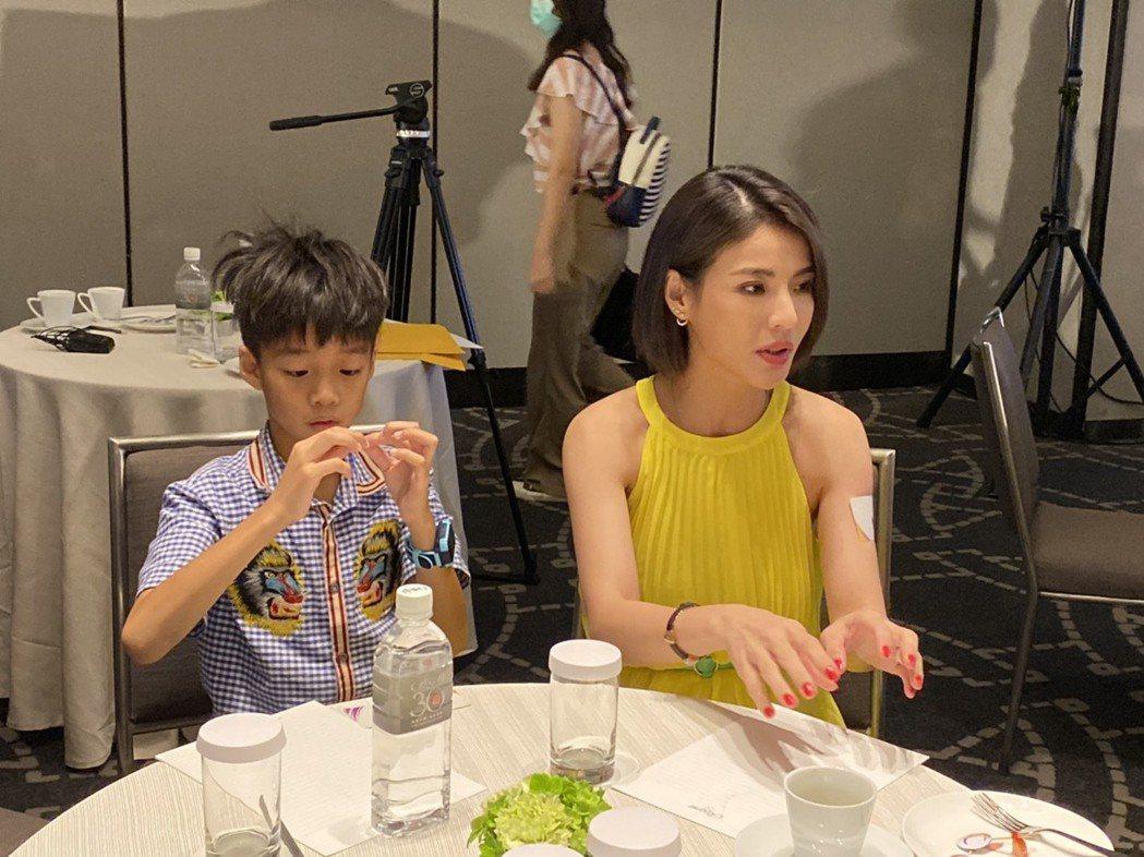 藝人徐小可今帶著大兒子「白開水」出席兒童近視防治活動分享。她表示先前兒子視力產生...