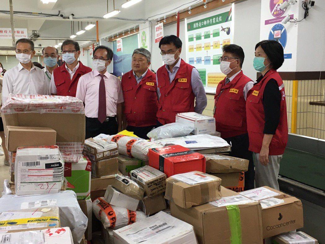 農委會主委陳吉仲(右3)今天到台北郵件處理中心,視察國際郵包進口查驗業務。記者吳...