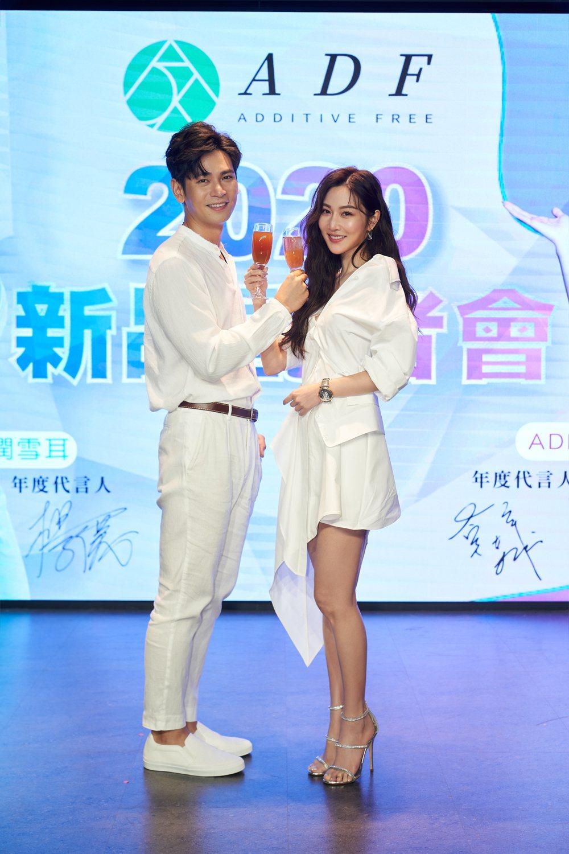 楊子儀(左)和曾莞婷首度合作代言膠原蛋白飲品。圖/昊瀚娛樂提供