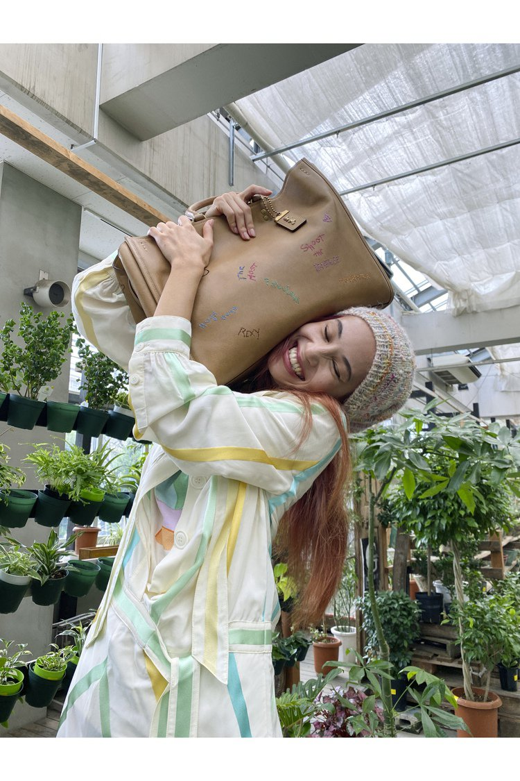 水原希子在溫室拍攝的COACH 2021春季系列形象圖,展現她個人的淘氣風格。圖...