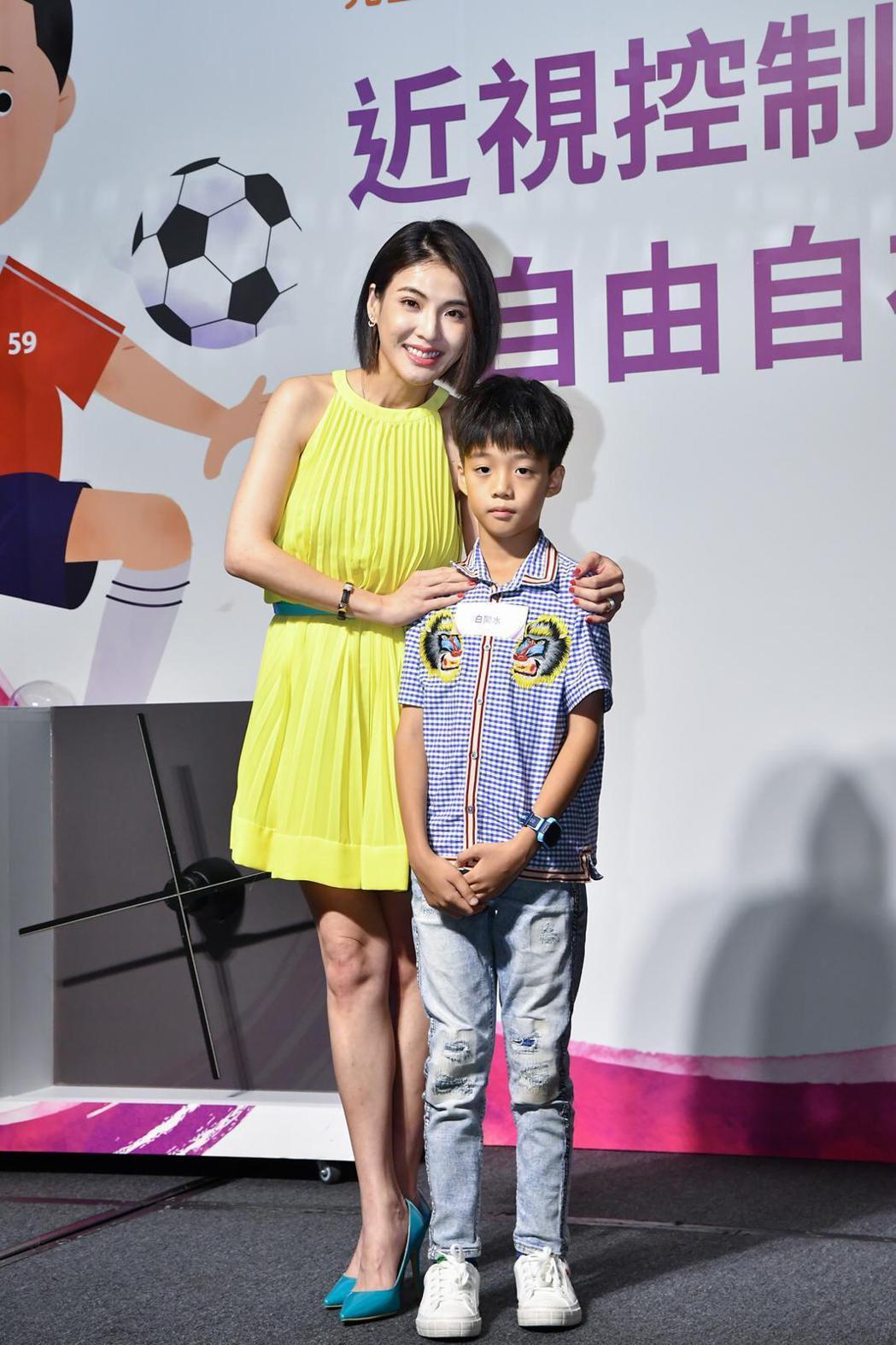 徐小可(中)和兒子出席兒童近視防治衛教記者會。圖/源鑛娛樂提供