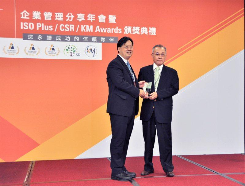 亞泥奪下今年SGS CSR菁英獎,由亞泥首席執行副總張英豐(右)出席領獎,左為SGS總裁邱志宏。 圖/亞泥提供