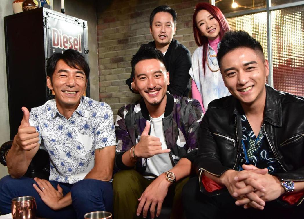 錢人豪(後排左)帶李李仁(前排左起)、王陽明和鄭人碩上陶晶瑩主持的「陶口秀」。圖