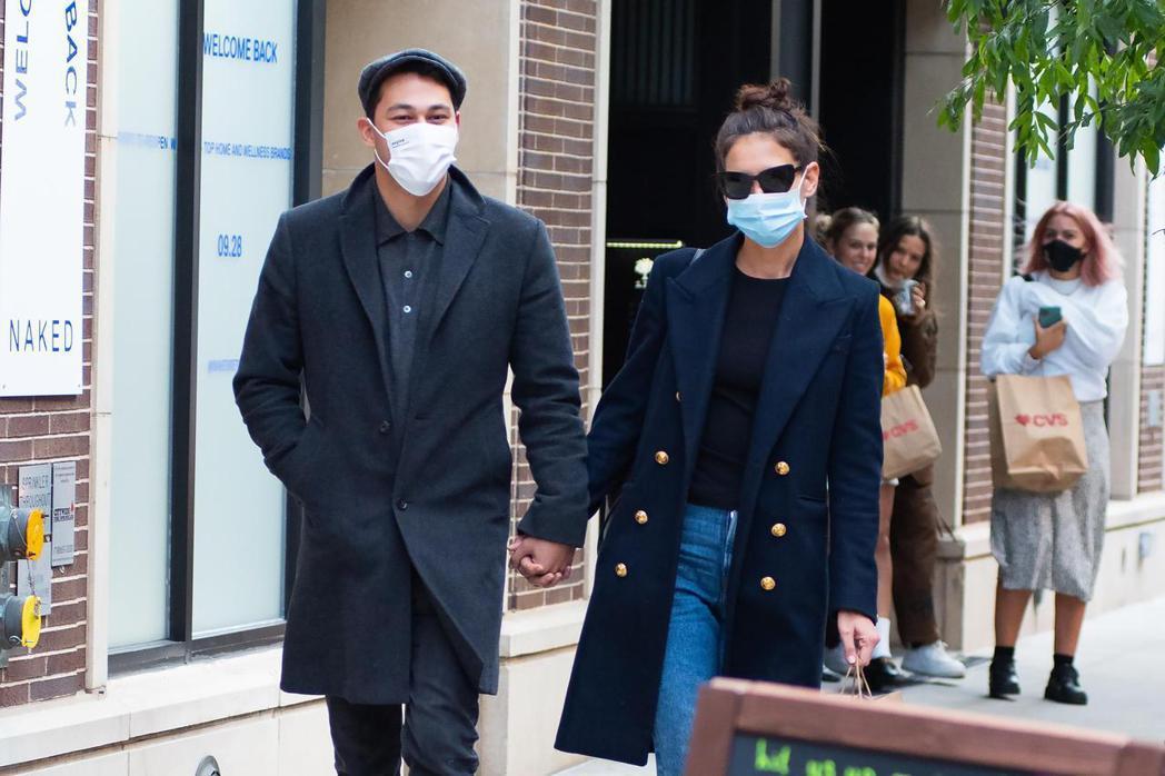 凱蒂荷姆絲(右)與新男友艾米里歐毫不避諱旁人眼光,大方牽手逛街。圖/達志影像