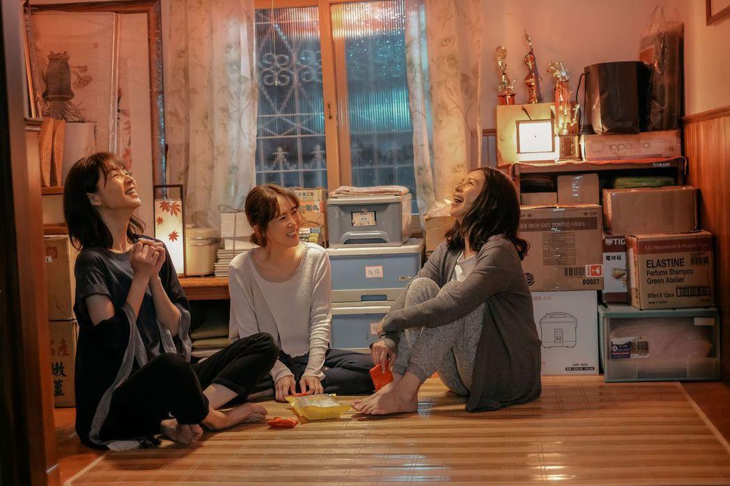 謝盈萱(左起)、孫可芳、徐若瑄扮演姊妹,真的有親姊妹的感覺。圖/威視提供