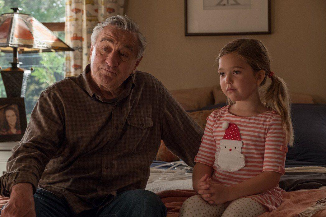 勞勃狄尼洛在「阿公當家」與小童星有不少動人對手戲。圖/甲上提供