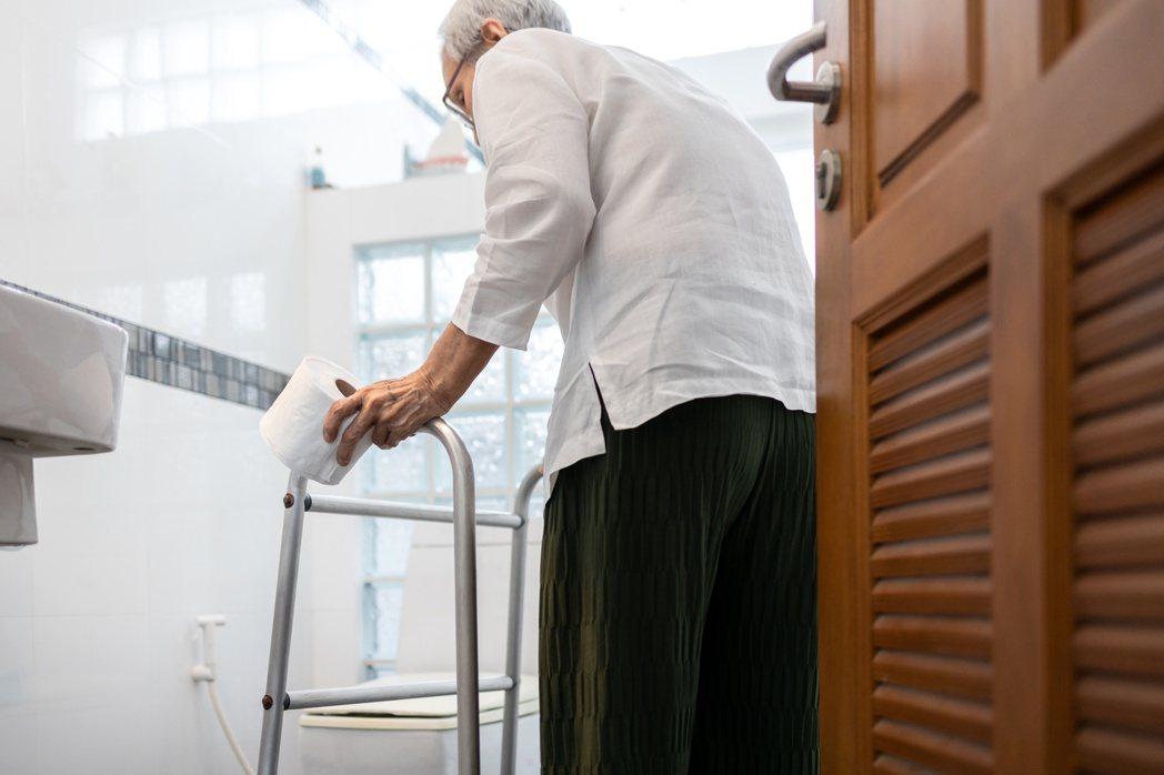 照顧失智長者減少家中可能的危險,浴室及廁所使用止滑地磚,保持乾爽,裝置扶手,避免...