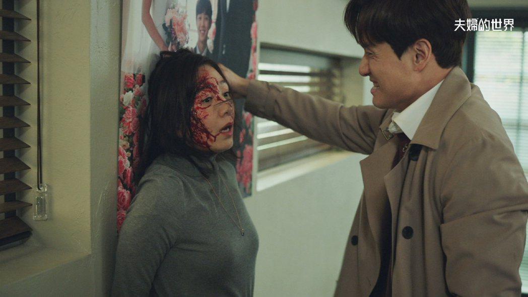 金喜愛(左)、朴海俊在「夫婦的世界」從恩愛夫妻到暴力相向。圖/衛視中文台提供