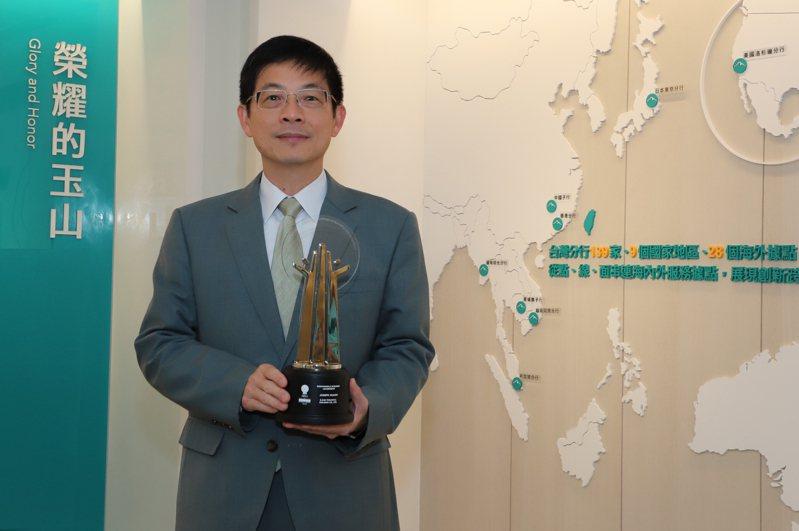 玉山銀行董事長黃男州連續三年榮獲「亞洲企業社會責任獎-企業負責任領袖獎」殊榮,創下亞洲最佳紀錄。玉山銀/提供