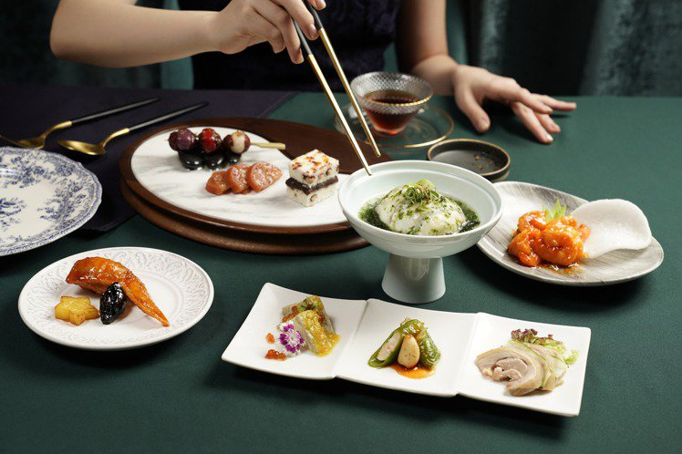 THE上海推出的「翡霞虹 旗袍文化饗宴」,規劃有10道式的個人套餐。圖/THE上...