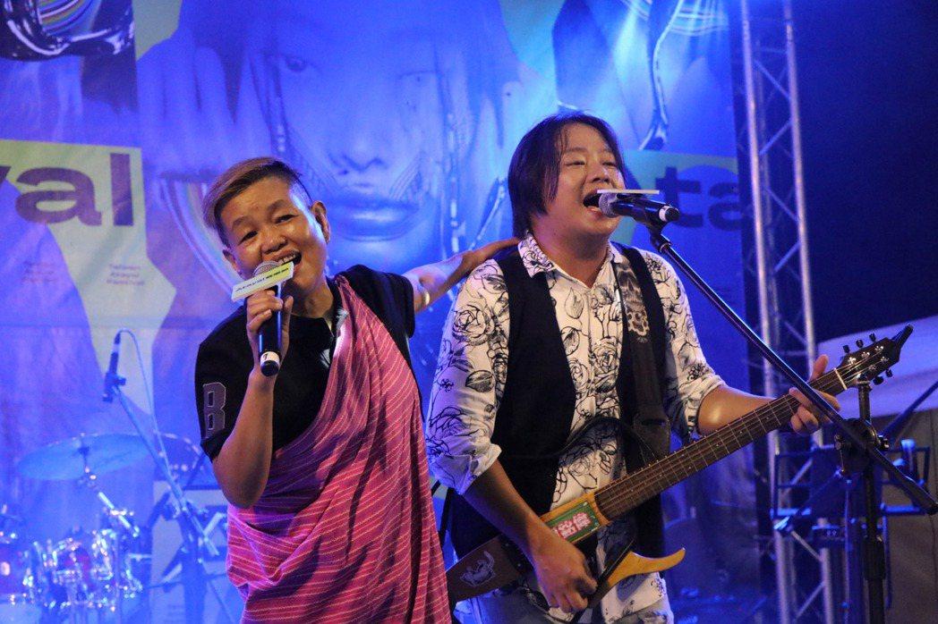 賴銘偉(右)和媽媽登台表演。圖/Atayal泰雅音樂節提供