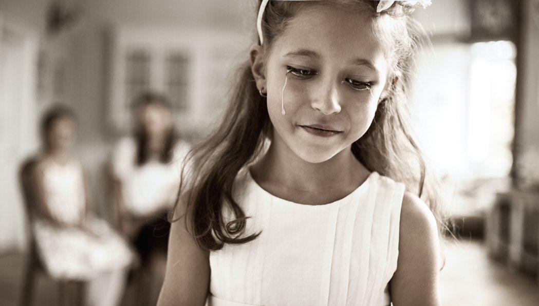 童年時期常受到父母的冷落與批評,而養成悲觀、易焦慮的個性。示意圖/ingimag...