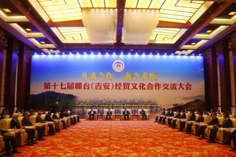9月23日傍晚,江西省委書記劉奇在江西省吉安市會見前來參加贛台會的台灣嘉賓代表。 中國新聞社