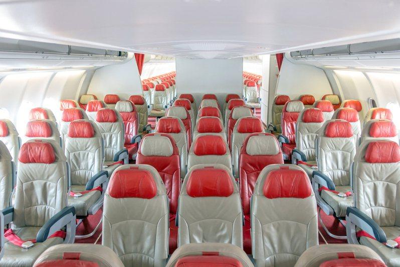 專寫旅遊文章的《心底的小城》專欄解釋了飛機起飛後為何要拉上布簾的3個原因。 圖/ingimage