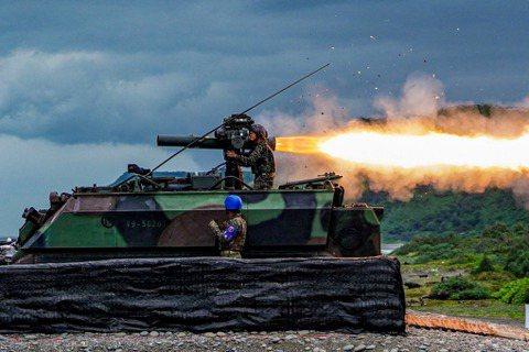 國防部證實已派駐陸戰隊99旅進駐東沙島監控共軍情勢。圖為陸戰隊99旅在天馬操演進行拖式飛彈實彈射擊。 圖/中華民國海軍