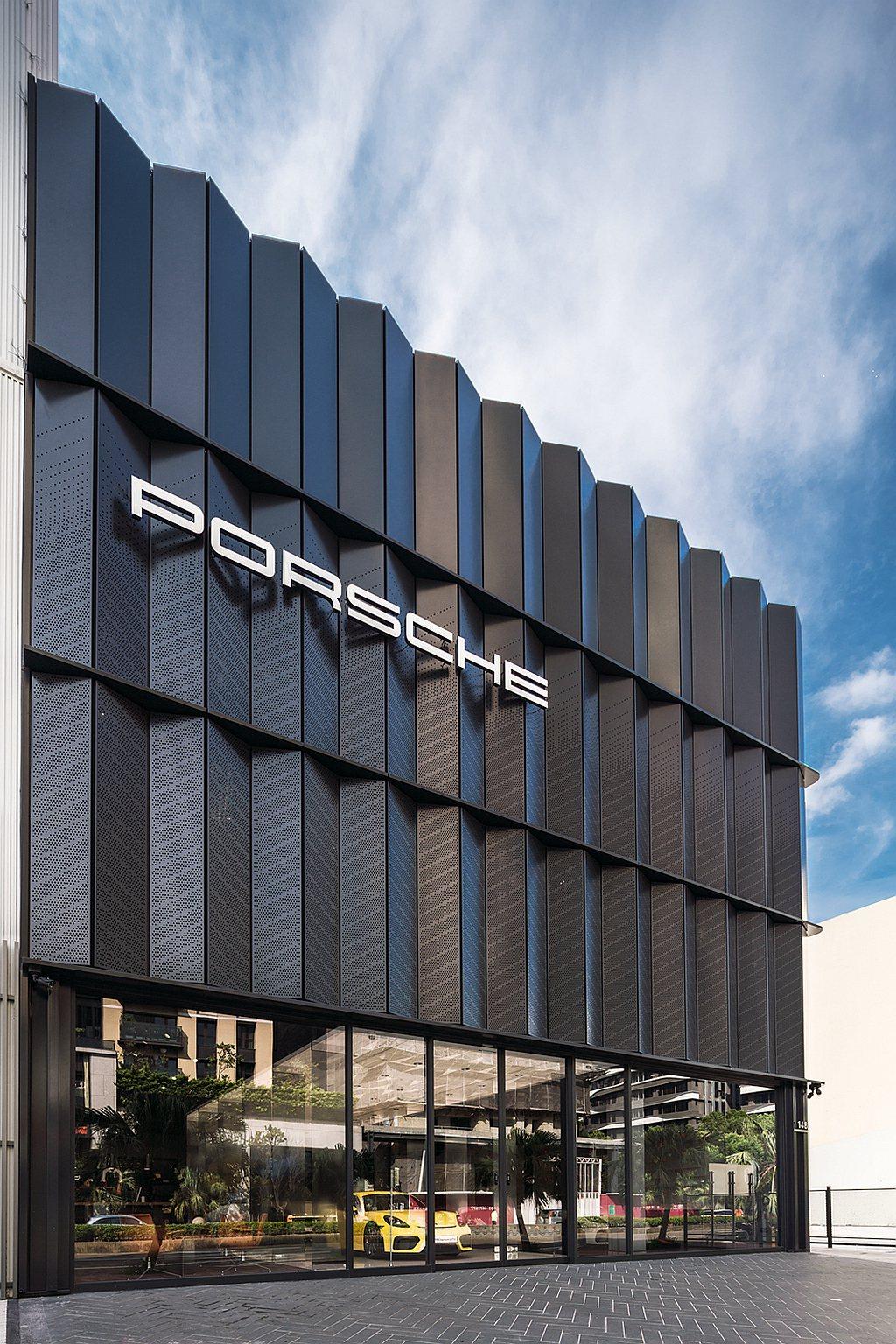 新竹保時捷都會概念店整棟建築以「黑立方」的理念所設計,營造出前衛風格與神秘感。建...