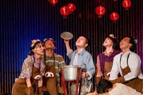 《十二碗菜歌》用辦桌菜詮釋滿月、結婚、歸寧、開市、入厝等人生重要時刻。 圖/兩廳...