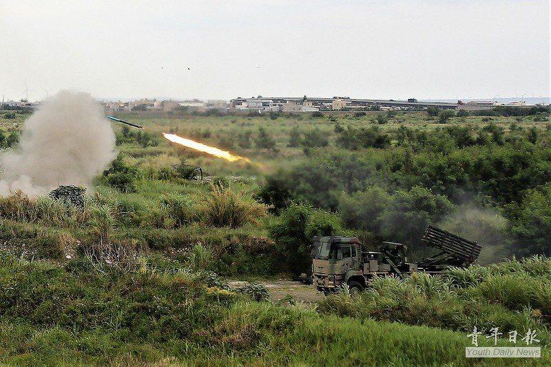 漢光36號演習,雷霆2000多管火箭射擊畫面。 圖/青年日報