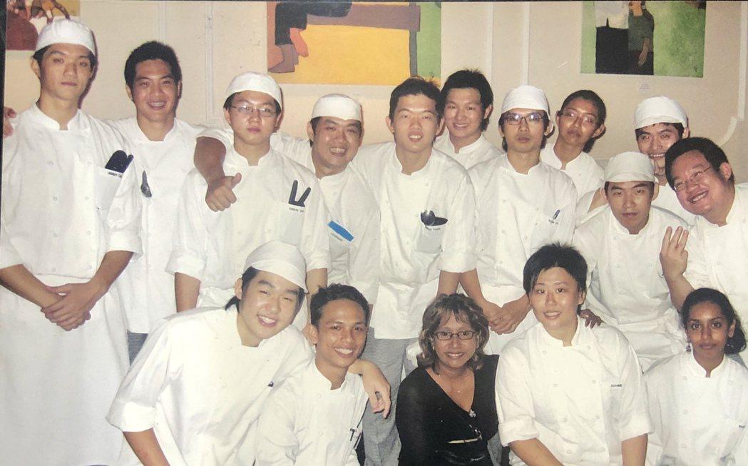 林恬耀(左)在新加坡餐飲學校奠定法菜基礎。圖/林恬耀提供
