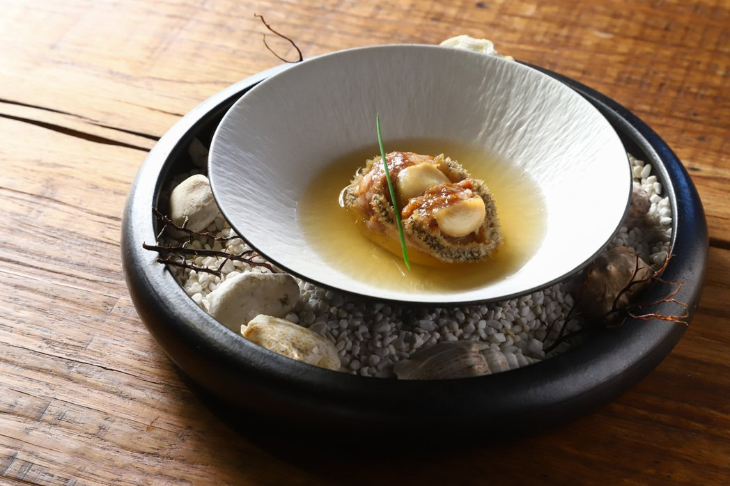 林恬耀將豬肉餡鑲進鮑魚和豆腐間,淋上黃豆小魚乾高湯,做成這道「釀豆腐」。記者陳立...