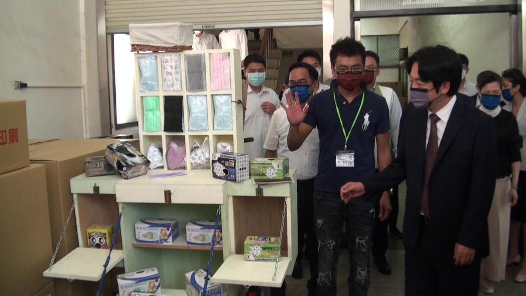 副總統賴清德日前曾參訪高雄淨新科技口罩製程,如今卻被查出疑違法私設生產線製口罩。...
