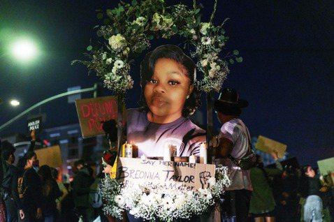 一起美國警察執法爭議,造成一名無辜的26歲黑人女性——布倫娜.泰勒(Breonn...