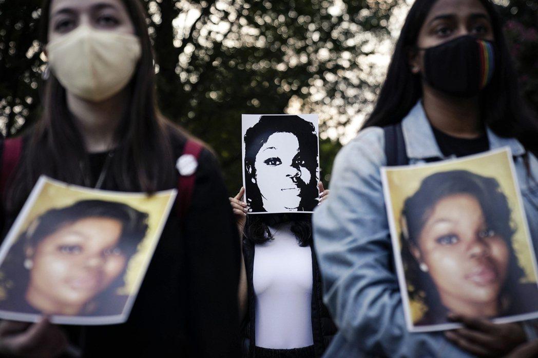 許多抗爭民眾高舉著泰勒的照片,呼喊口號:「說出她的名字!」(Say Her Na...