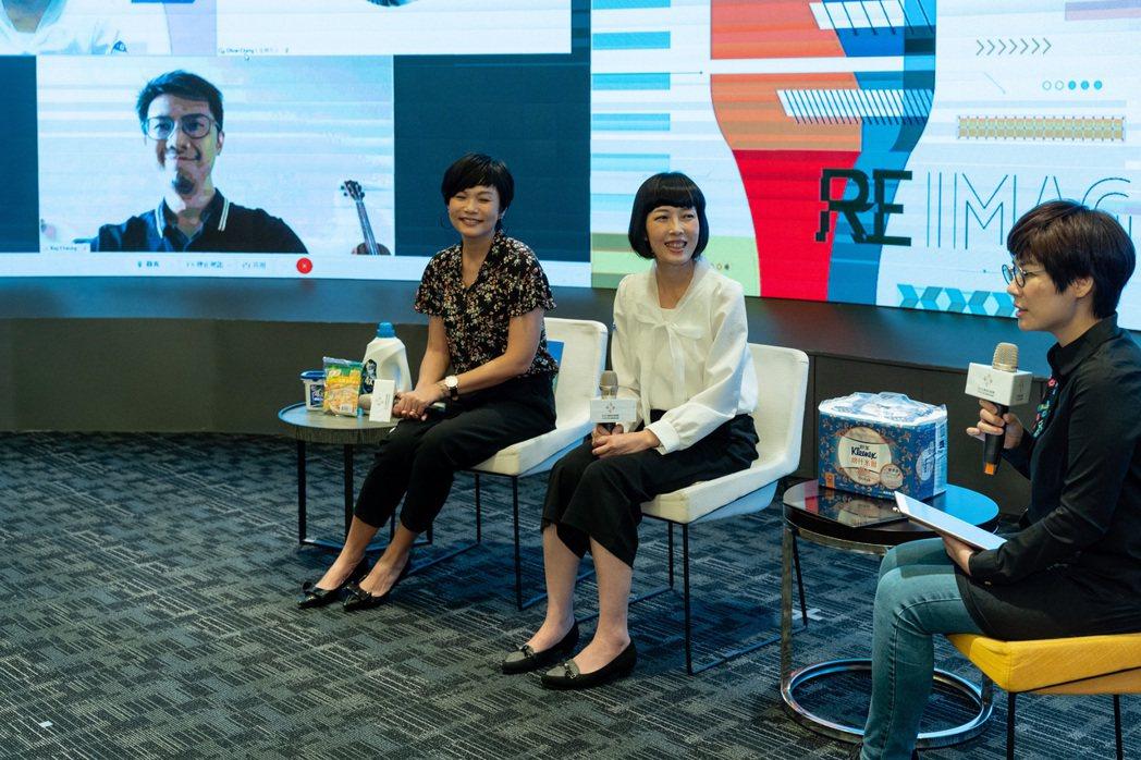 圖由右至左為,聯合線上融媒體事業處副總經理官振萱、金百利克拉克公共事務經理楊永玲...