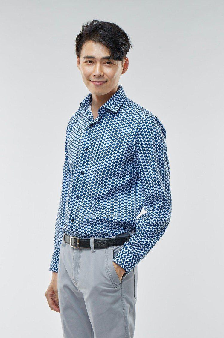 經典 Monogram襯衫(藍) 1,770元。 圖/皮爾卡登 提供